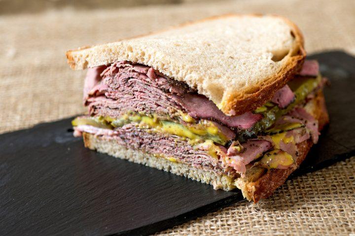 Náš pastrami sendvič